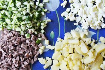 Мелко порезанные вареные картофель телячий язык белки яиц и свежий огурец