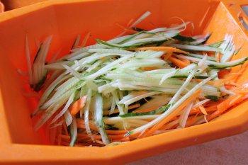 Огурцы и морковка тонко нашинованные на терке