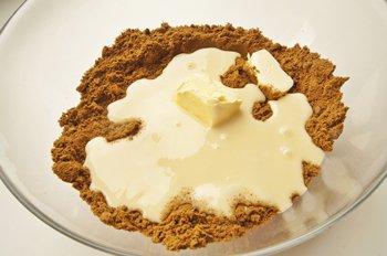 Раскрошенное в мелкую крошку печенье со сгущенным молоком и маслом