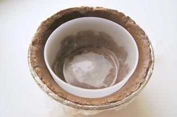 Масса из печенья масла и  сгущенного молока утрамбовывается в форму