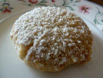 Одно печенье на тарелочке посыпанное сахарной пудрой
