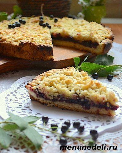 Кусочек готового тертого песочного пирога со смородиновым вареньем