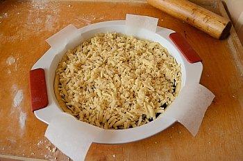 Песочный пирог с вареньем покрыт крупной стружкой из теста