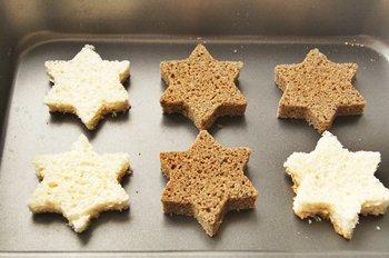 Белый и черный хлеб для канапе с сыром  сушится в духовке