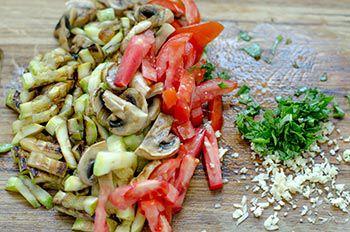 Порезанные кабачки грибы помидоры зелень и чеснок