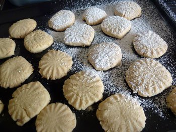 Готовое печенье по итальянски охлаждается после выпечки посыпанное сахарное пудрой