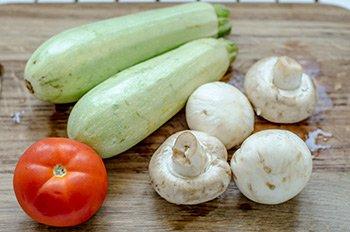 Продукты для жареных кабачков с грибами и помидорами