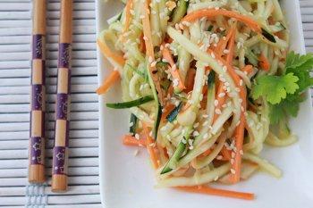 Салат по азиатски  из цуккини огурцов и моркови заправленный соусом