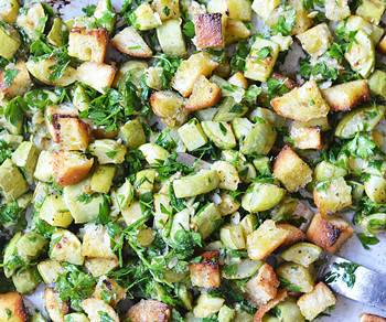 Готовый теплый салат из кабачков с сухариками и зеленью