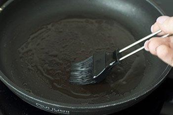 Смазываем поверхность силиконовой кисточкой с растительным маслом