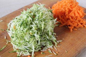 Тертые на мелкой терке кабачок или цуккини и морковь