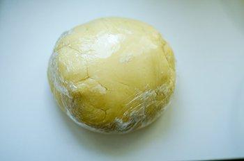 Комок теста в пленке для пирога с вишней и заварным кремом