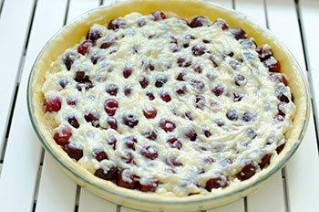 Вишневый пирог перед помещением в духовку