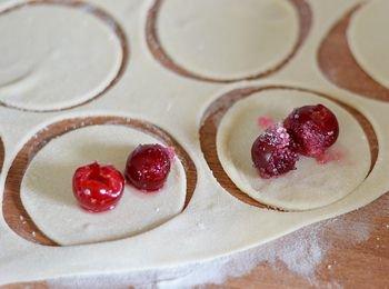 На каждый кружок из теста выложена вишня с сахаром без сока