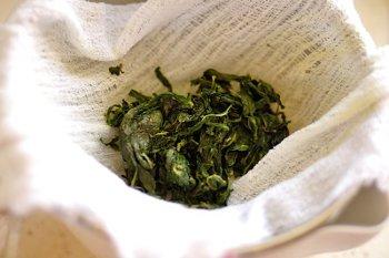Выжимание сока из листьев мяты в молочно сливочную смесь