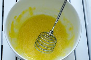 Желтки взбиваются с сахаром для приготовления тарта из вишни