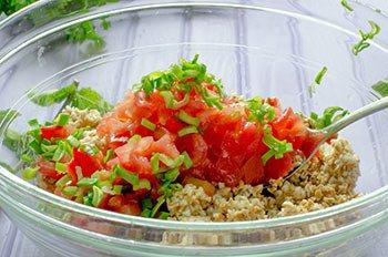Предварительно очищенные от кожицы и семян помидоры добавляем в кашу