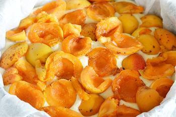 Абрикосы выложены на тесто абрикосового пирога