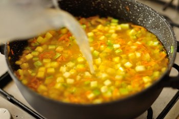 К кабачкам моркови луку и сельдерею  добавляется бульон