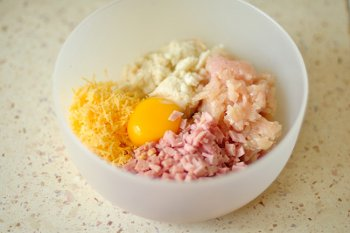 Фарш мелконарезанные ветчина и сыр желток и хлебный мякиш в одной миске