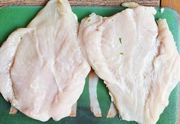 Распластанные куриные грудки отбитые до небольшой толщины