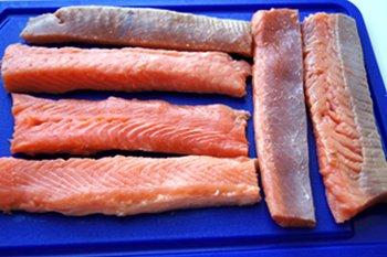 Форель порезанная полосками для шашлыка из рыбы