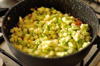 К овощам добавлены мелкопорезанные кабачки
