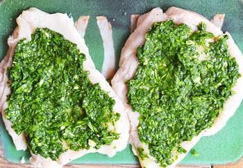 Куриные грудки намазанные смесью из молотой зелени и масла