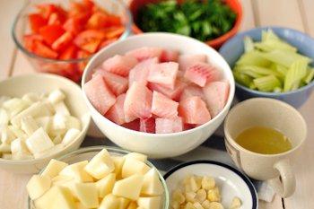Нарезанные кусочками тилапия картофель сельдерей лук чеснок помидоры зелень