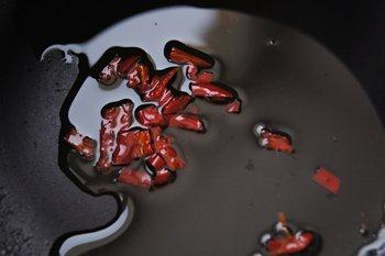 Мелко нарезанный острый перец пассируется в растительном масле