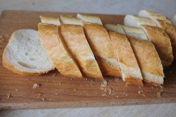 Порезанный на кусочки багет для тостов с творогом