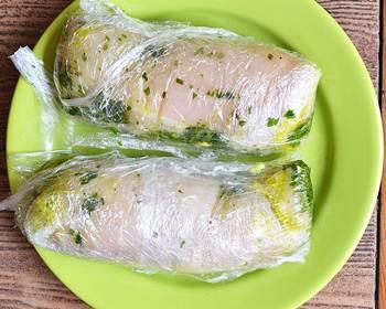 Рулеты из куриной грудки с зеленью в пищевой пленке