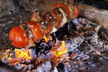 Шашлык из свиной печени жарится на углях