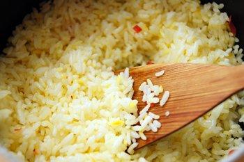 Вареный рис с куркумой подсушивается