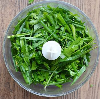 Петрушка молодой чеснок зеленый лук мята в чаше блендера