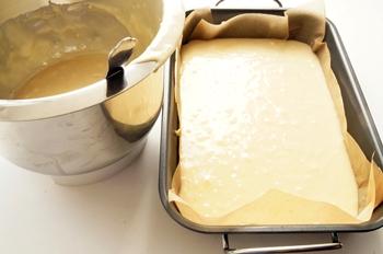 Готовое тесто для прирога с малиной в форме для выпечки