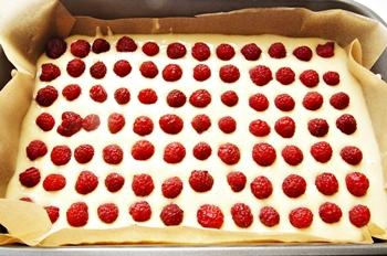 Выкладываем малину на тесто в форме для выпечки