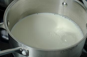 Вскипятить 100 мл молока с щепоткой соли и кусочком сливочного масла