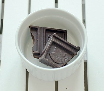 Кусочки шоколада перед растапливанием для добавления в заварной крем