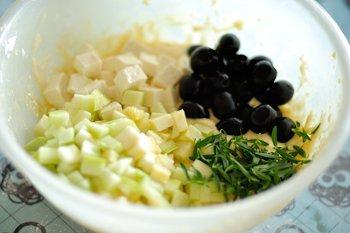 Добавить кабачки и брынзу порезанные кубиками целые маслины  и зелень