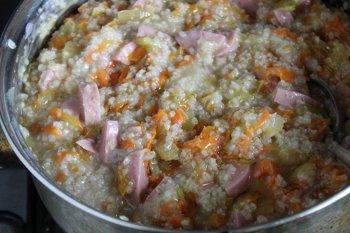 Готовая ячневая каша с сосисками и овощами