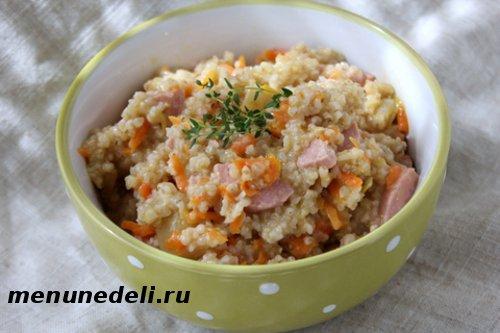 Ячневая каша с овощами и сосисками на завтрак или ужин