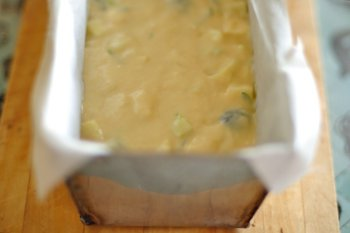 Кекс из кабачков в форме застеленной бумагой для запекания перед выпечкой