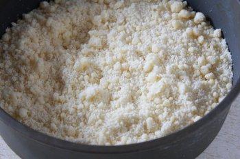Перетертая в крошку мука с разрыхлителем сахарная пудра и масло