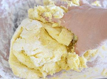 Вручную смешиваются мука сметана желтки сливочное масло сахар