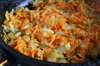 Мелко порезанные морковь и лук поджаренные в сковороде