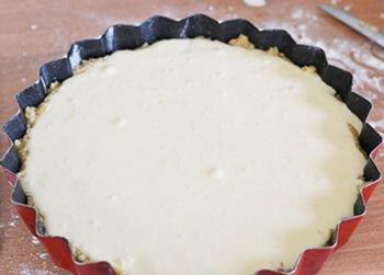 Вишневый пирог со сметанной заливкой перед выпечкой в духовке