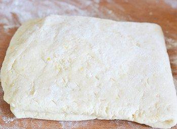 Раскатанное творожное тесто в тонкий слой для домашнего пирога вишневые розы