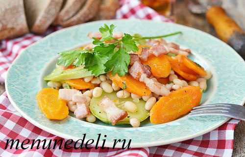 Салат с копченой грудинкой и овощами