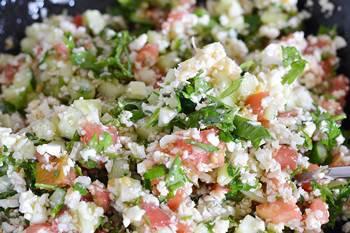 Готовое веганское табуле из цветной капусты с овощами
